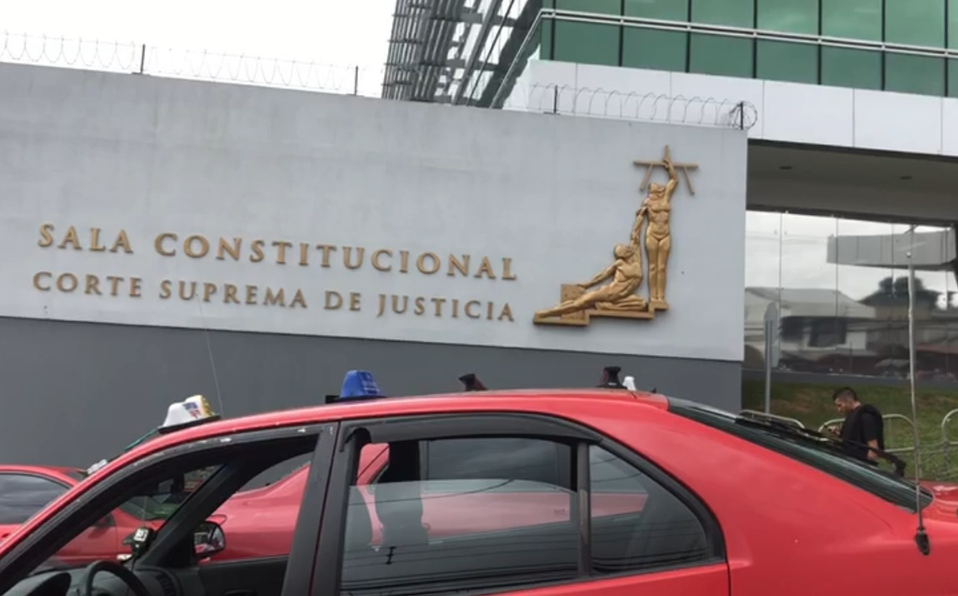 (+VIDEO)Taxistas rojos bloquean alrededores de la Sala Constitucional
