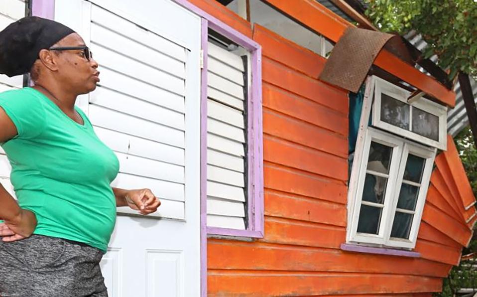 Una mujer ve daños en una casa después de que los fuertes vientos del huracán Elsa. (Foto: Reuters)