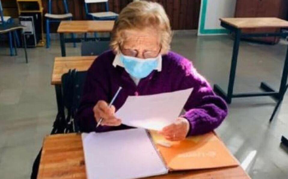 Bisabuela de 93 años terminó la primaria y está lista para continuar con sus estudios. (Foto: Cortesía)