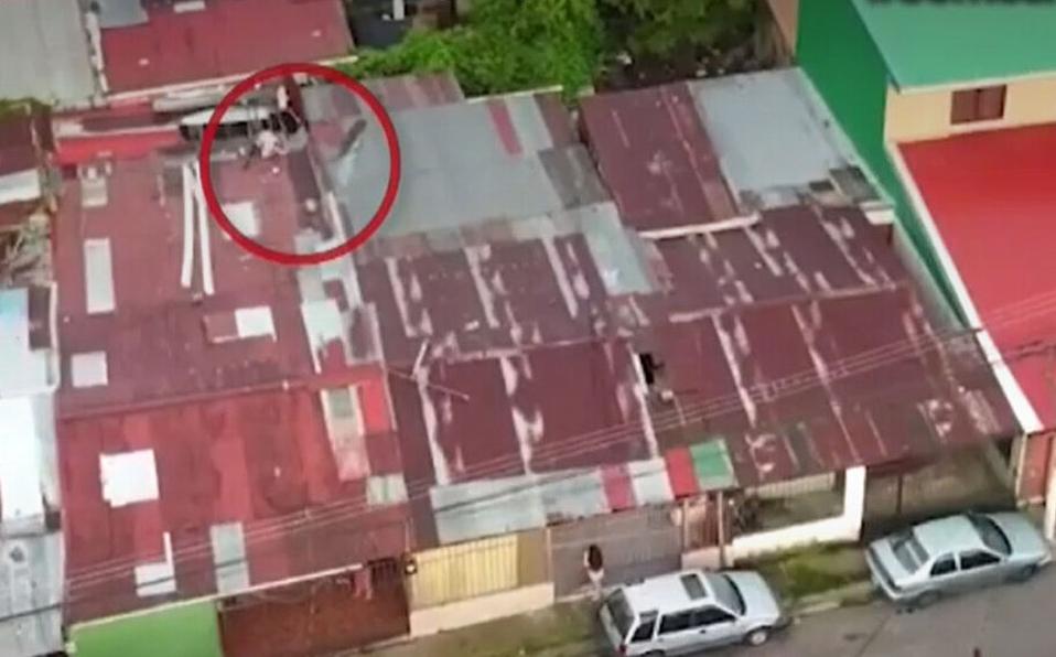 Burla a policías y se escapa por el techo del bunker en Cartago
