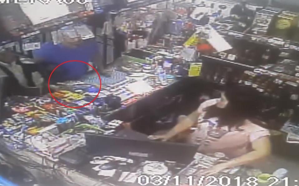 (+VIDEO) Sujetos amenazan con revolver a dependientes