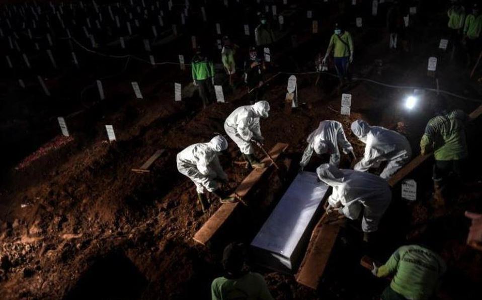Por no usar cubrebocas castigan a ocho personas cavando fosas para víctimas de coronavirus