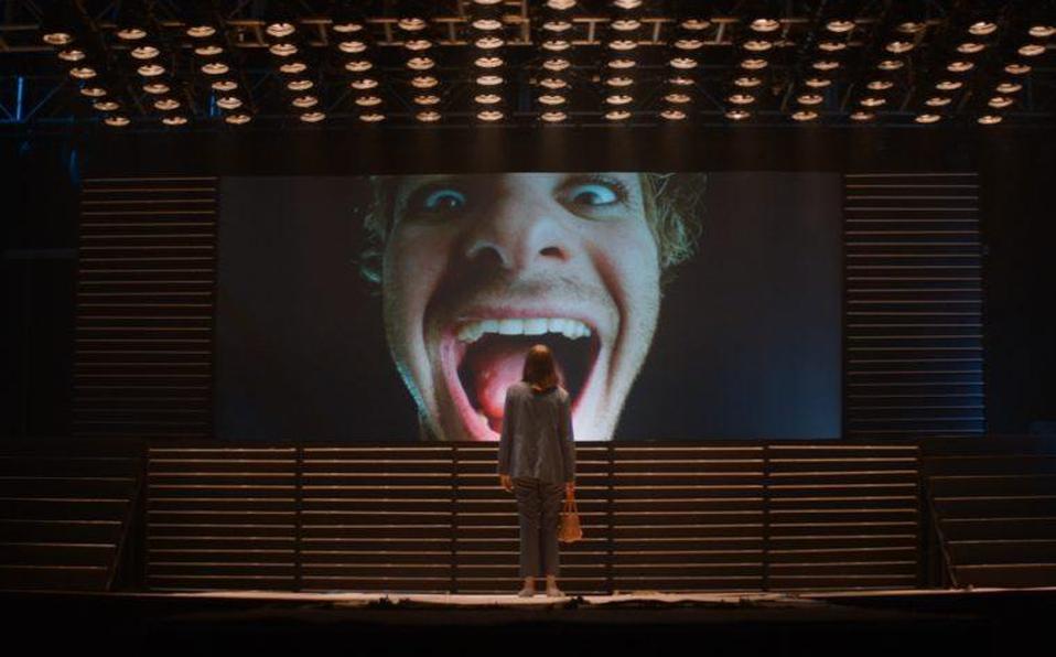 En la película, Maya Hawke hace el papel de Frankie, una camarera de bar en Los Ángeles cuyo video en YouTube de un don nadie (Andrew Garfield) se vue