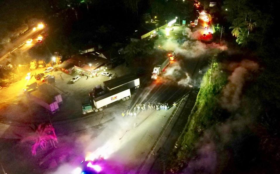 (+VIDEO) Oficiales intervienen ante cierre de vías en Limón