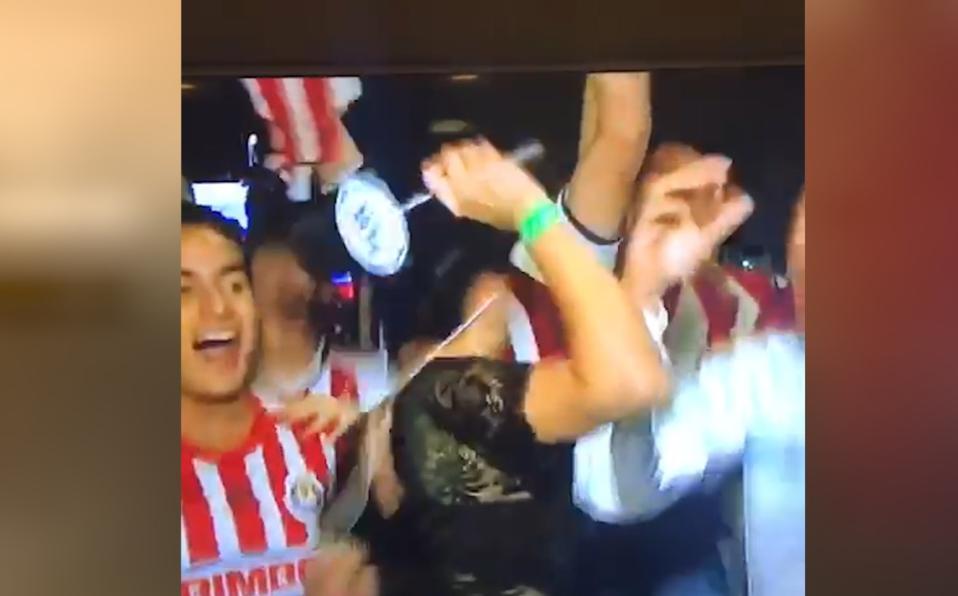(+VIDEO) Reportera le pega un 'microfonazo' a fanático emocionado