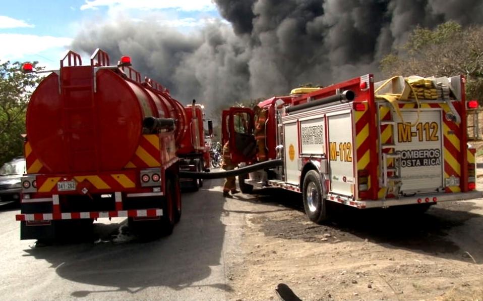 (+VIDEO) Fuego consume al menos tres locales comerciales