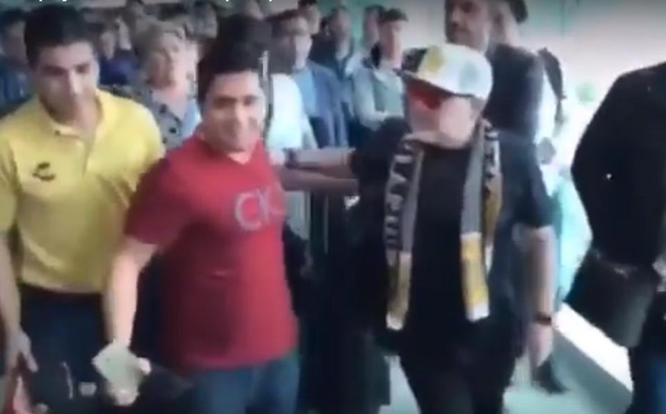 (+VIDEO) Maradona empuja a un aficionado en su llegada a México