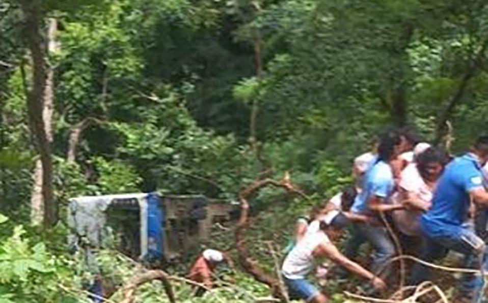 Unidades de Cruz Roja atienden a los pasajeros afectados. (Foto: Cortesía)