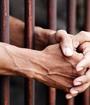 Manos de la prisionera en la cárcel - Foto: Getty Images/iStockphoto