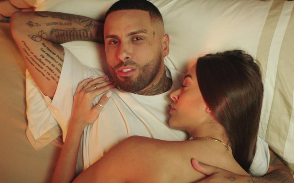 El video musical cuenta la historia de la incorporación de un tercero en una relación. (Foto: Sony Music)
