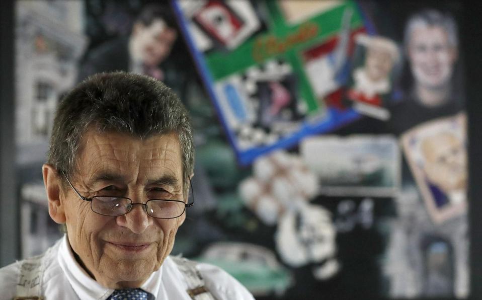 El abogado de derechos humanos Geoffrey Nice, ante un mural de fotos elaborado por un amigo en su casa de Adisham, Inglaterra, el miércoles 2 de septi