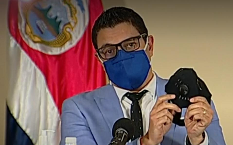 """Ministro Salas sobre mascarillas con válvula: """"es como si no la estuviera usando"""""""