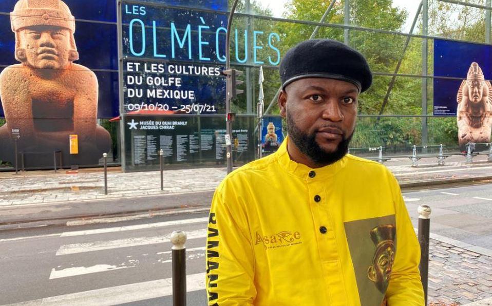 El activista congoleño Mwazulu Diyabanza posa frente al Quai Branly Museum-Jacques Chirac, un museo que presenta arte y culturas indígenas de África,