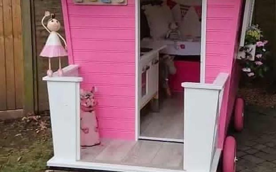 Abuelito construye casita de juego para su nieta durante aislamiento