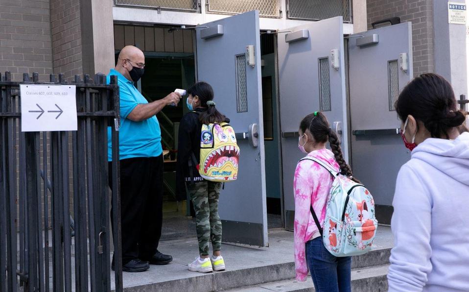 Escuelas en suburbios y pequeñas ciudades de EU reabren sin un repunte de casos de Covid-19