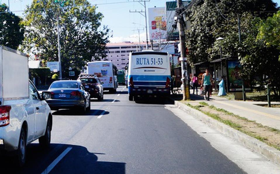 La rebaja en favor de las y los habitantes que usan el servicio público de autobuses quedó congelada. (Foto: Archivo)