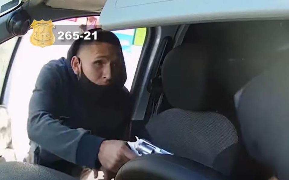Los sujetos le sustrajeron a la víctima sus pertenencias y el dinero en efectivo.(Foto: Captura)