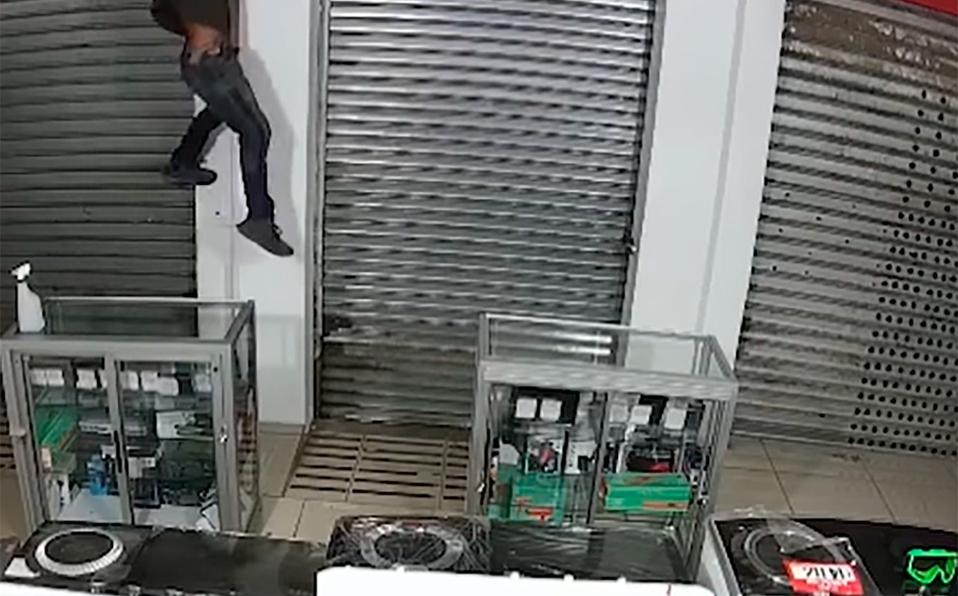 Ladrón ingresa por el techo para robar en una tienda en Puntarenas   VIDEO