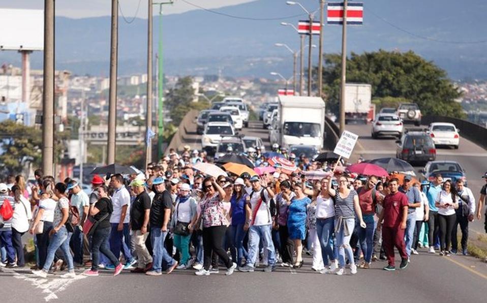 Manifestantes marchansobre la autopista General Cañas