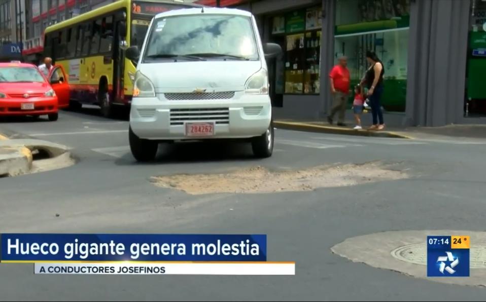 (+VIDEO) Conductores no encuentran forma de esquivar hueco gigante en San José