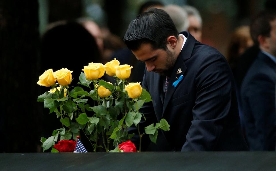 Un invitado visita el grupo de reflexión norte durante las ceremonias que marcan el 17mo aniversario de los ataques del 11 de septiembre de 2001 en el