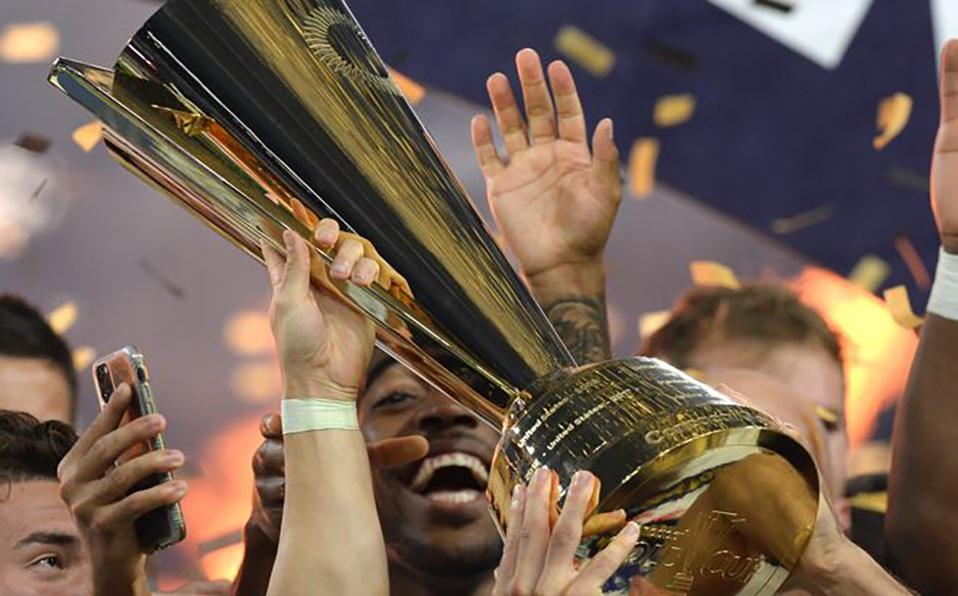 Jugadores de Estados Unidos alzan la Copa Oro tras ganar la final a México. (Foto: Reuters)