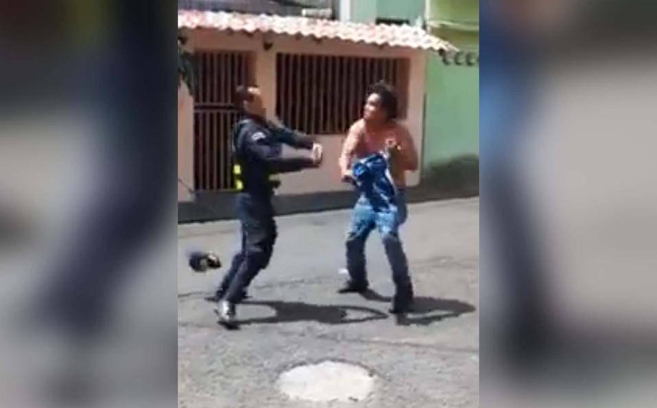 (+VIDEO) Sujeto reta a oficial y terminan agarrándose a golpes
