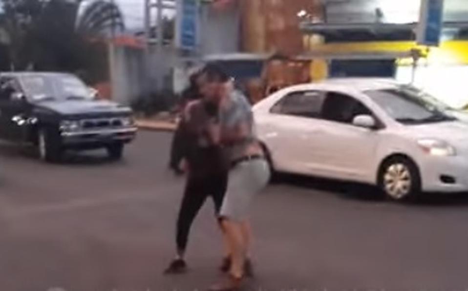(+VIDEO) Conductores terminan en peleando en plena vía pública