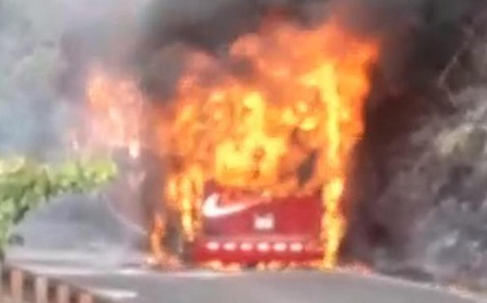 (+VIDEO) Autobús es consumido por las llamas en ruta San José-San Carlos